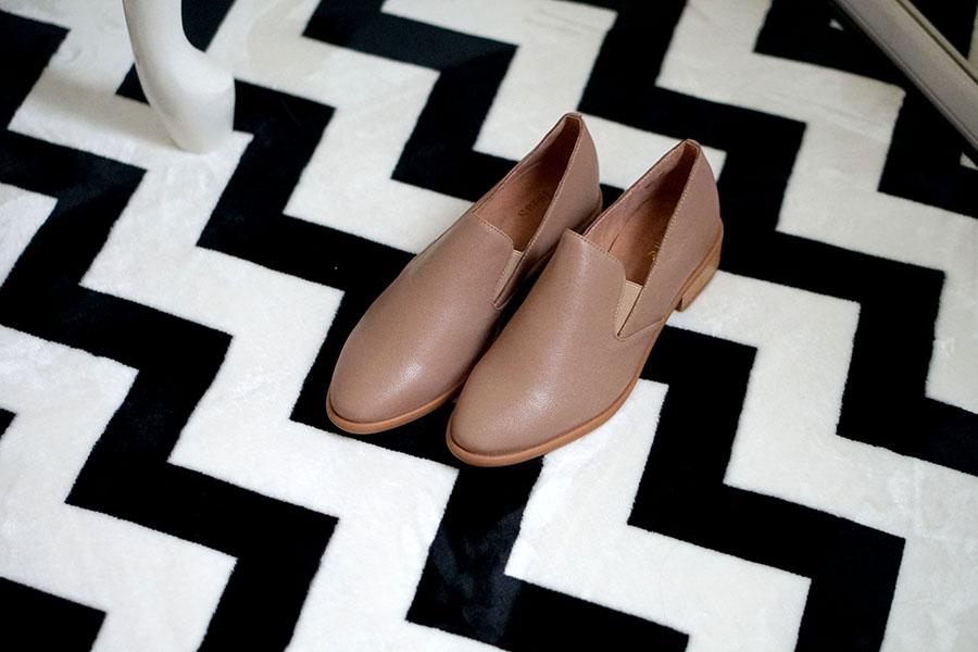 奶茶色穿搭|HERLS 奶茶裸色真皮樂福鞋