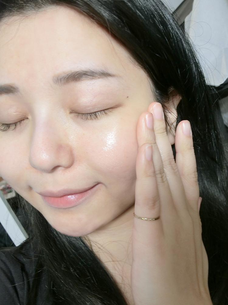 給肌膚最簡單的純淨潤澤|荷麗美加EMR 神經醯胺輕油修護精華